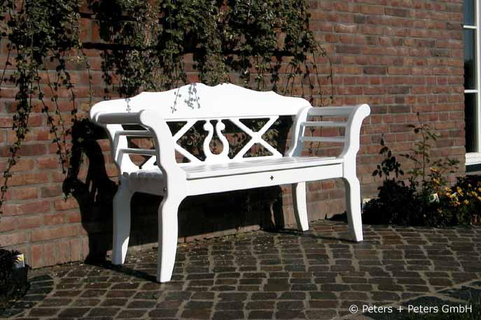 Elegant Eine Weiße Gartenbank Im Sylter Friesenstil Mit Lyra Und Kreuzen    Gartenbänke Aus Hartholz   Holzbänke