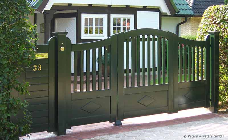wooden driveway gates garden gate and yard gate painted. Black Bedroom Furniture Sets. Home Design Ideas